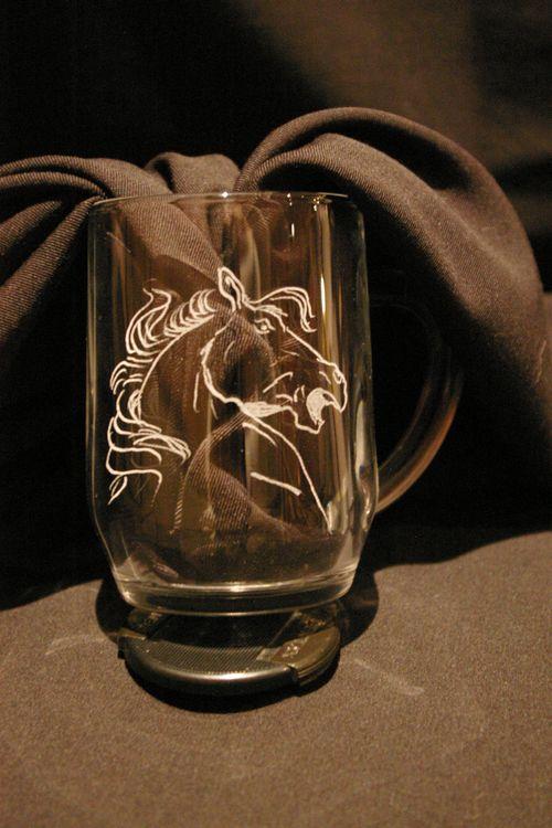 Trophée chope-mug gravée d'une tête de cheval