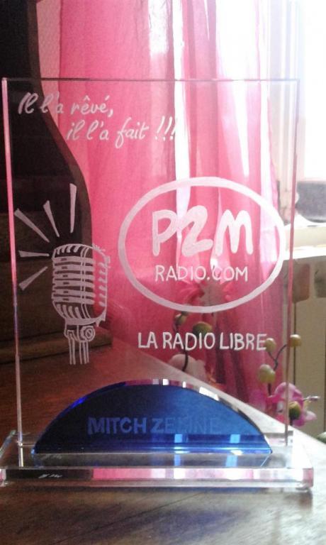 trophée en verre personnalisée par la gravure à la main du logo pour une radio FM