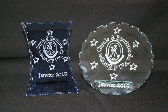 Ensemble de trophees en verre personnalises par la gravure du logo du club d escrime