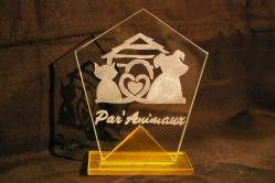 Trophée en verre bicolore gravé d'un logo d'entreprise