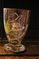 Logo d un club de danse country grave sur ce verre en guise de trophee