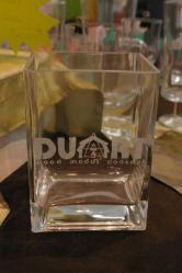 Vase ou pot à crayons en verre gravé d'un logo