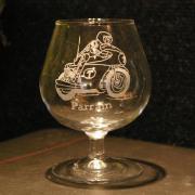 Verre a cognac personnalise par la gravure d un motard pour un cadeau original